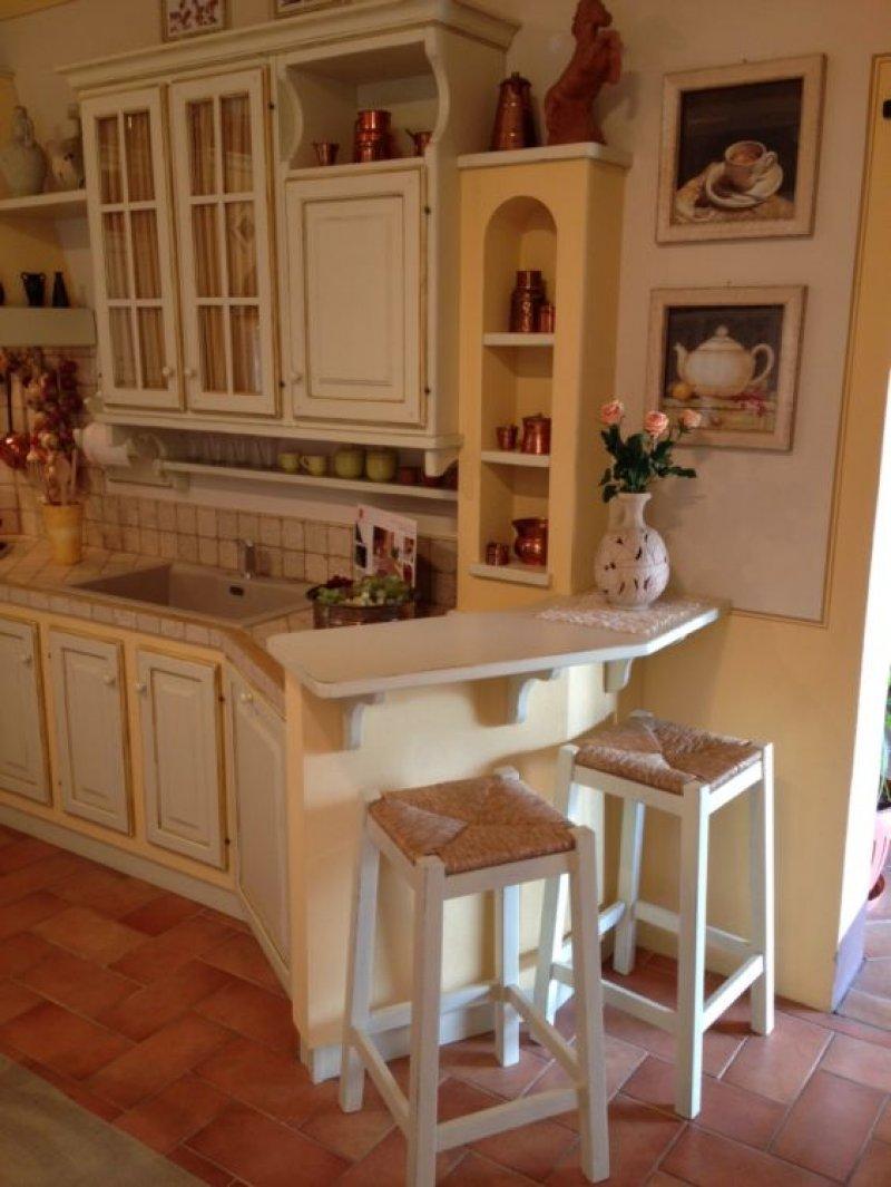 Cucina Country effetto muratura - Le Cucine dei Mastri